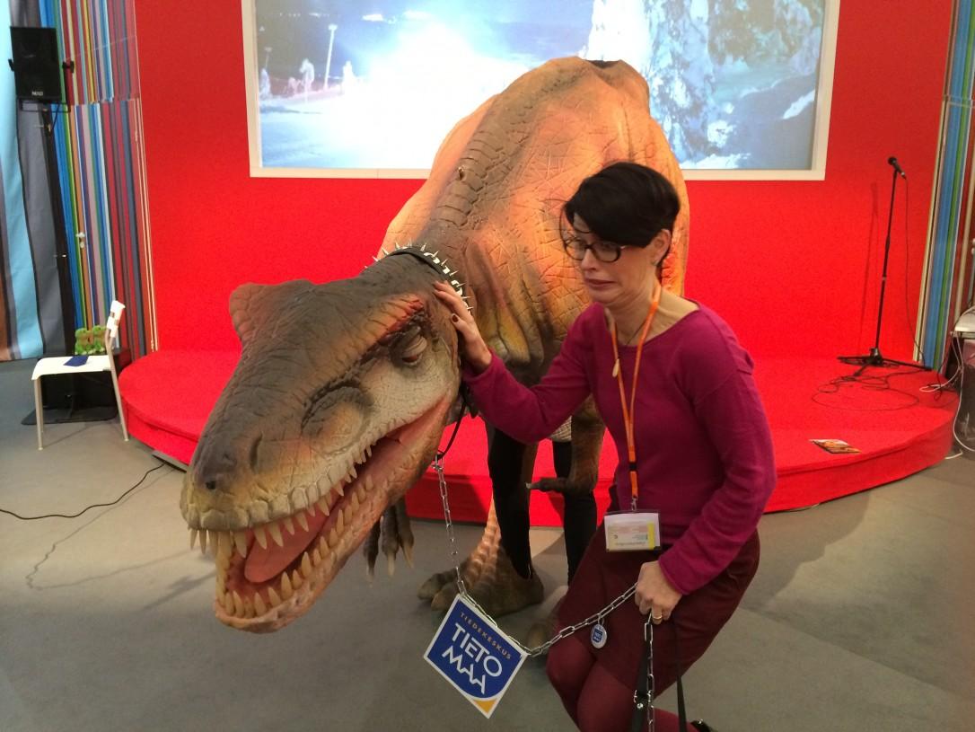 Matkamessuilla mukana ollut dinosaurusmalli jaksoi kiinnostaa ja kauhistuttaa myös aikuisia