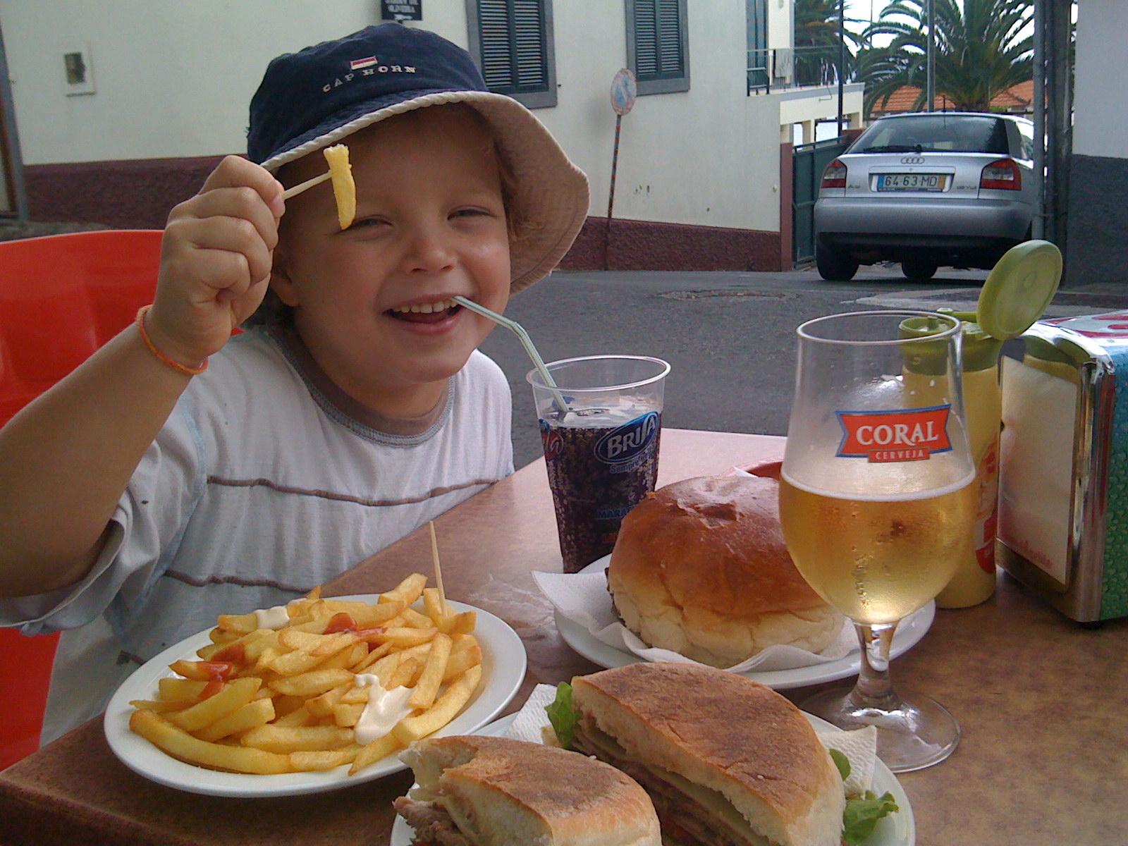 Madeira koululainen hampurilaisella