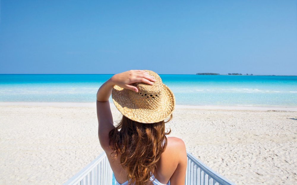 Nainen rannalla Kuubassa