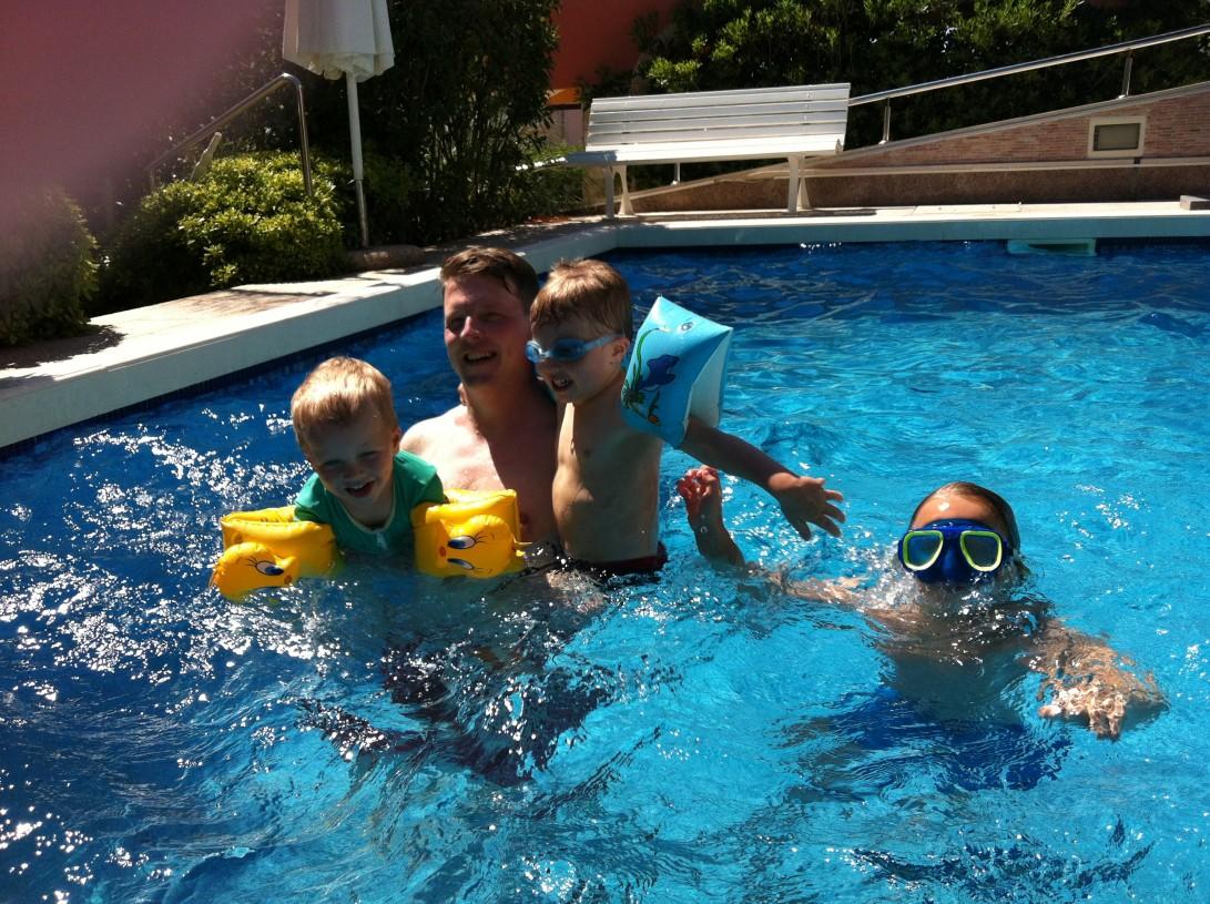 Villa Ritan pienessä ja suojaisessa uima-altaassa 4-vuotiaamme oppi uimaan