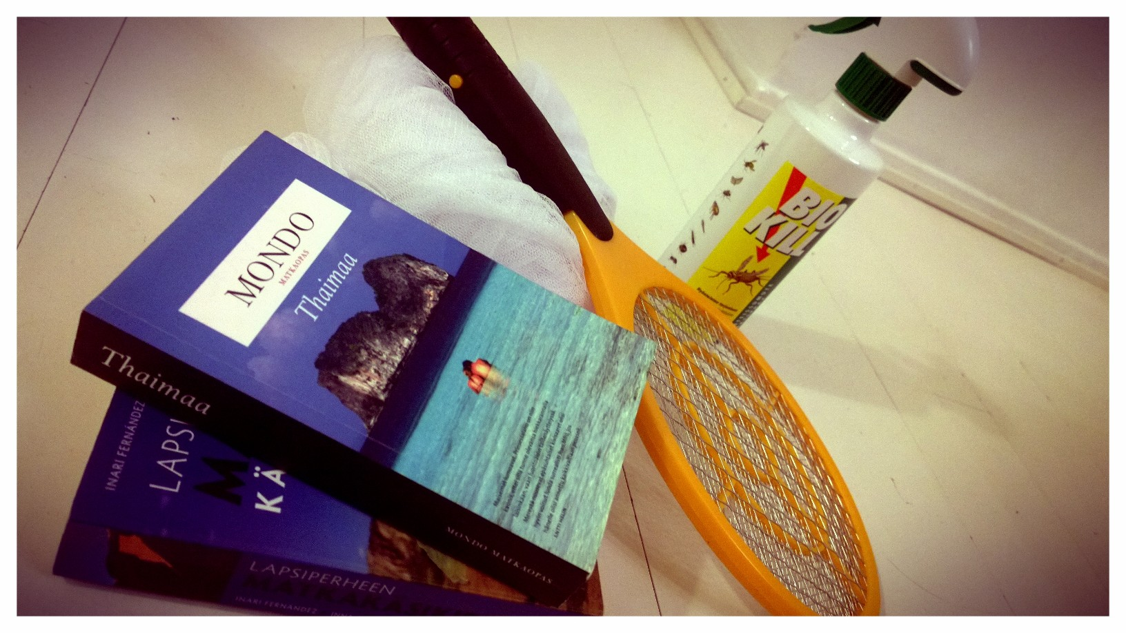 Kuvassa näkyvä härpäke ei ole tennismaila, vaan hyttyslätkä. Niin hullu keksintö, että oli pakko testata :)