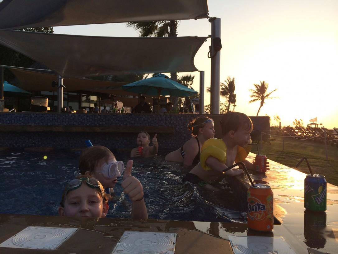 Altaalla oli hauskaa tilailla drinkkejä allasbaarissa.