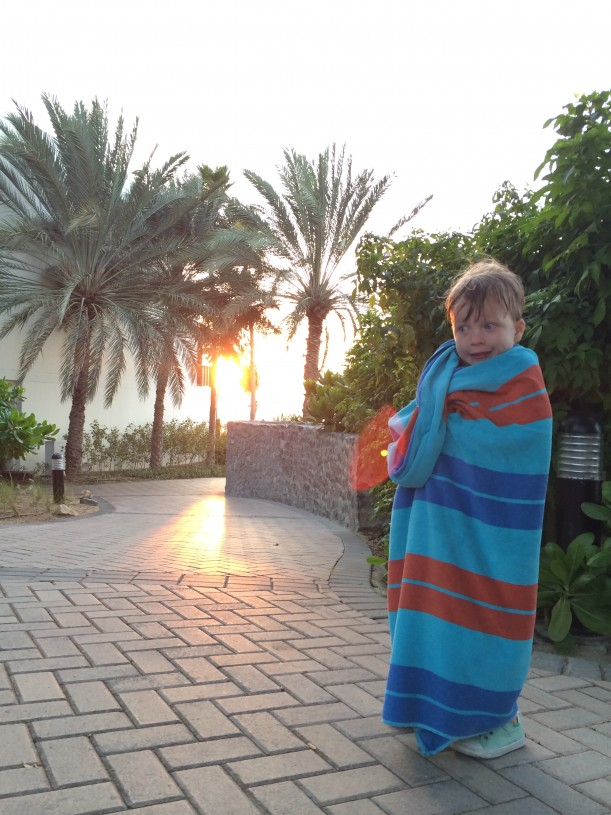 Lapset jaksoivat puljata altaassa aina auringon laskuun asti