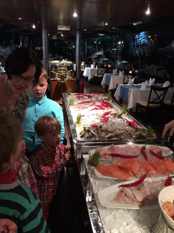 """Kalaravintolassa tuoreet kalat sai itse valita """"kalatorilta"""""""