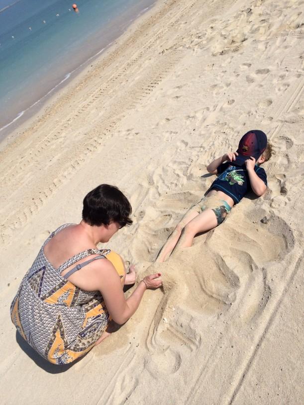 Kummitäti pääsi peittämään nuorimmaisemme hiekalla