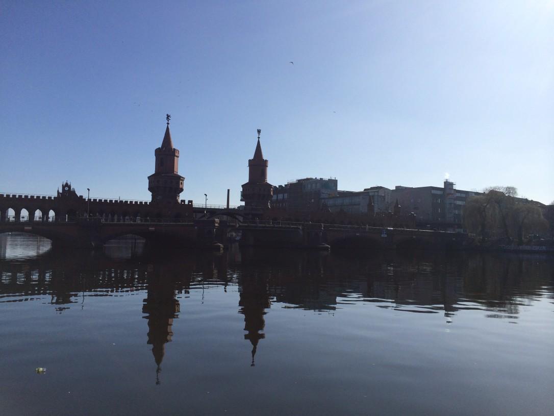Tarinat Oberbaumin sillan ylityksestä jakautuneen Berliin ajalta olivat karua luettavaa