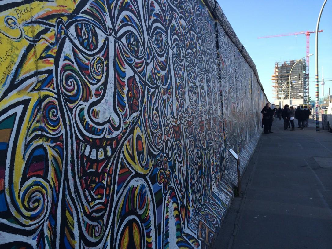 Berliinin muurin maalauksiin tutustuminen on kuin kierros taidegalleriassa
