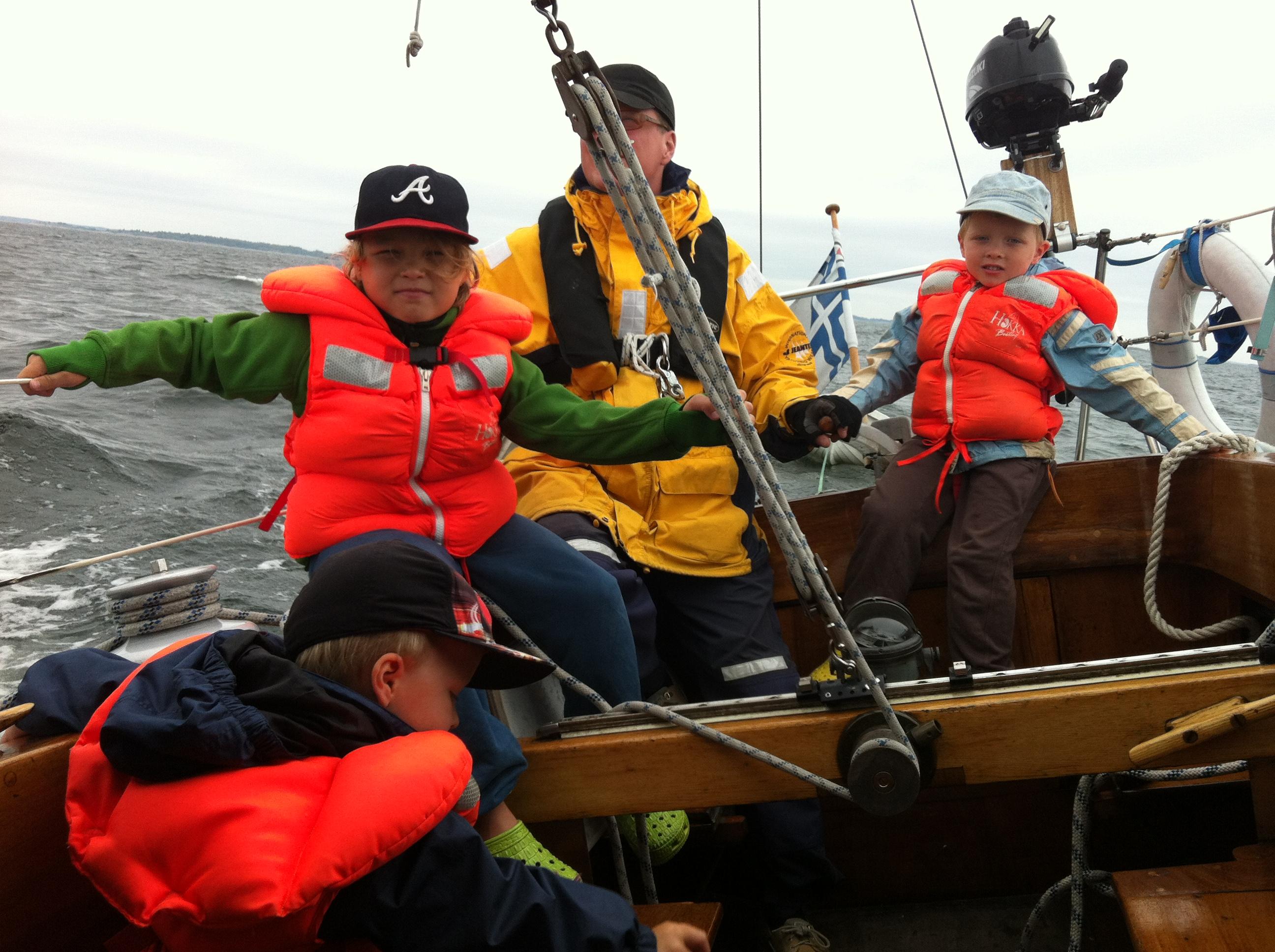 Parhaiten lapset viihtyvät veneessä, päästessään osallistumaan itse purjehdukseen