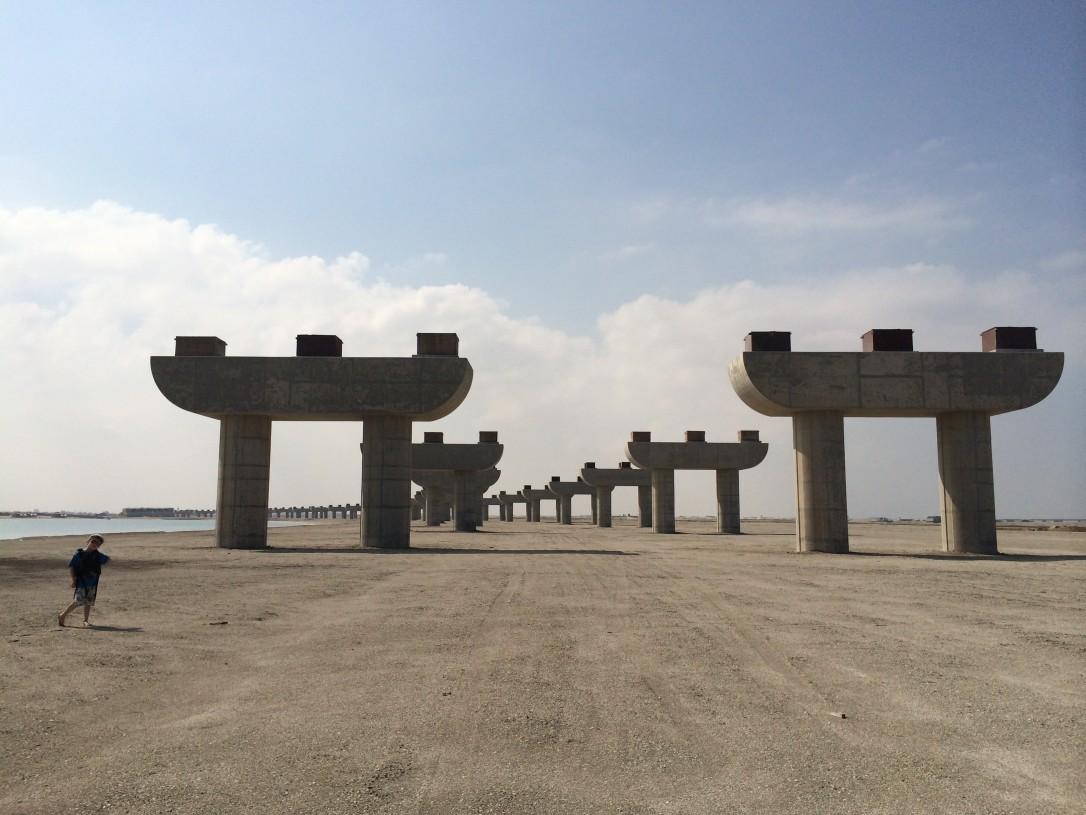 Yksi keskenjääneistä projekteista on jättimäinen palmusaari, jonne johtaa nyt autio moottoritien rakenteen pohja.