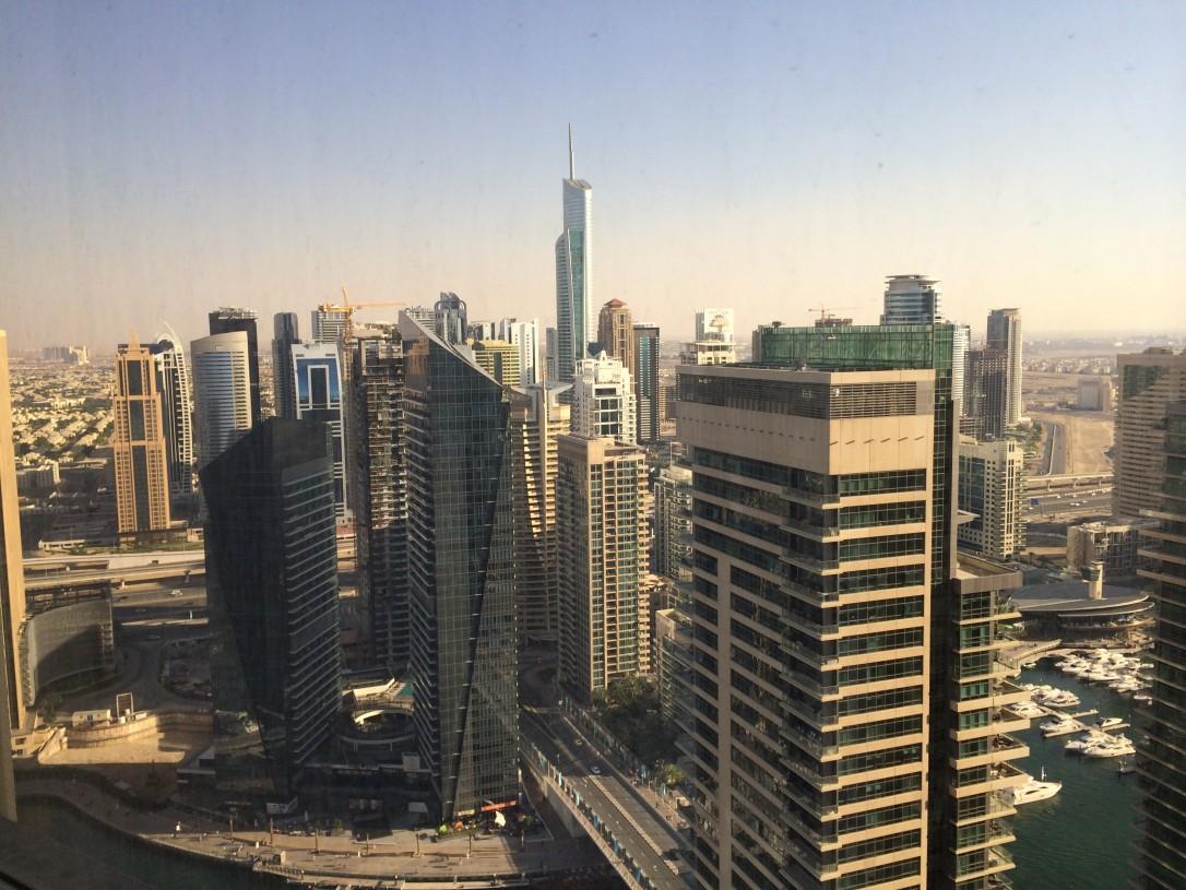 Näkymä Dubai Marinassa sijaitsevan hotellimme 38. kerroksesta olisi riittänyt viihdyttämään meitä tunneiksi.
