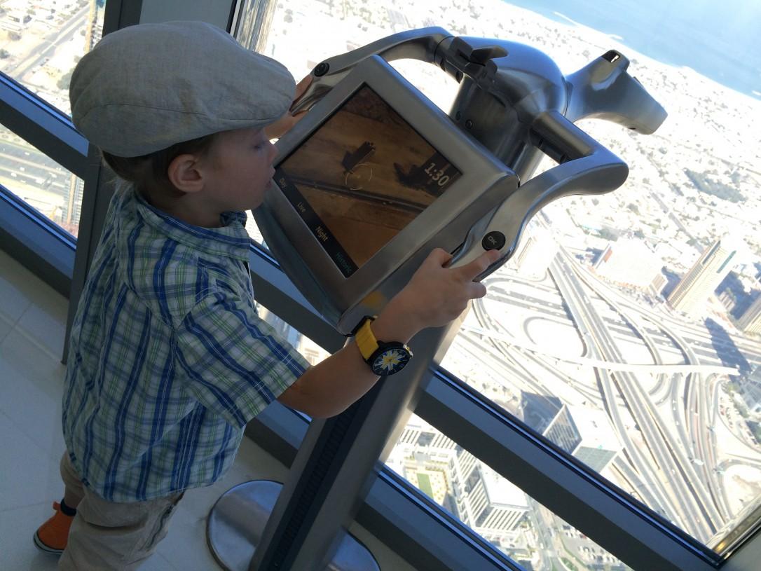 Burj Khalifan näköalatasanteella pystyi katsomaan kaupungin kehitystä ja menneisyyttä kaukoputkilla