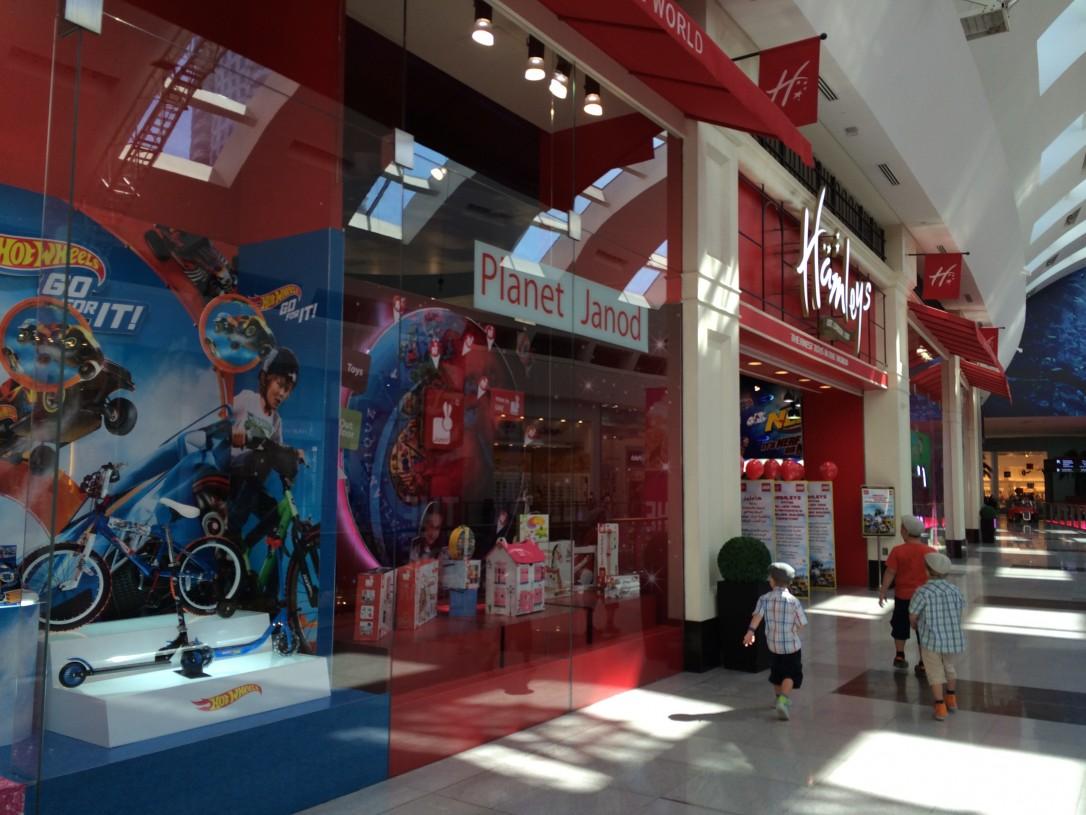 Dubai Mallin lelukaupoissa riitti ihmeteltävää