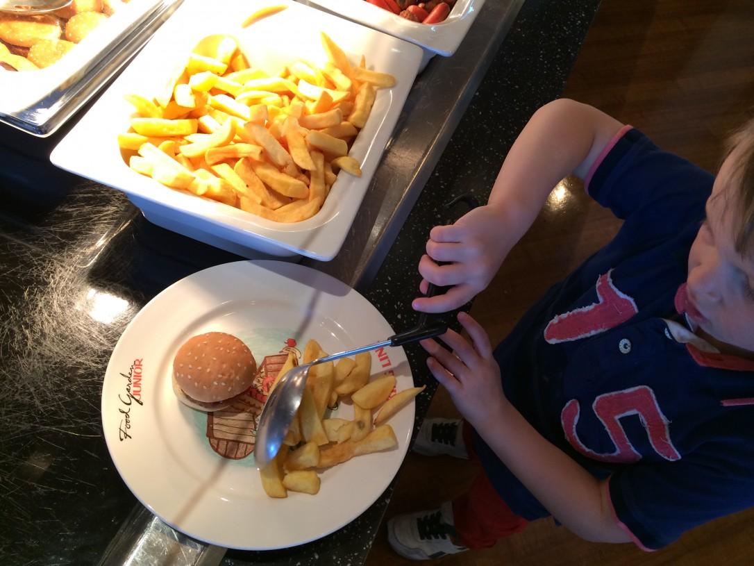 Food Gardenin buffet pöydästä lapset saivat itse valita mieleisensä herkut
