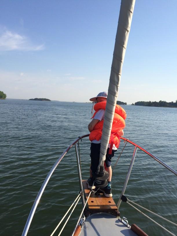 Innokkaat pikkukipparit saavat nauttia lähdön tunnelmasta veneen kokassa.