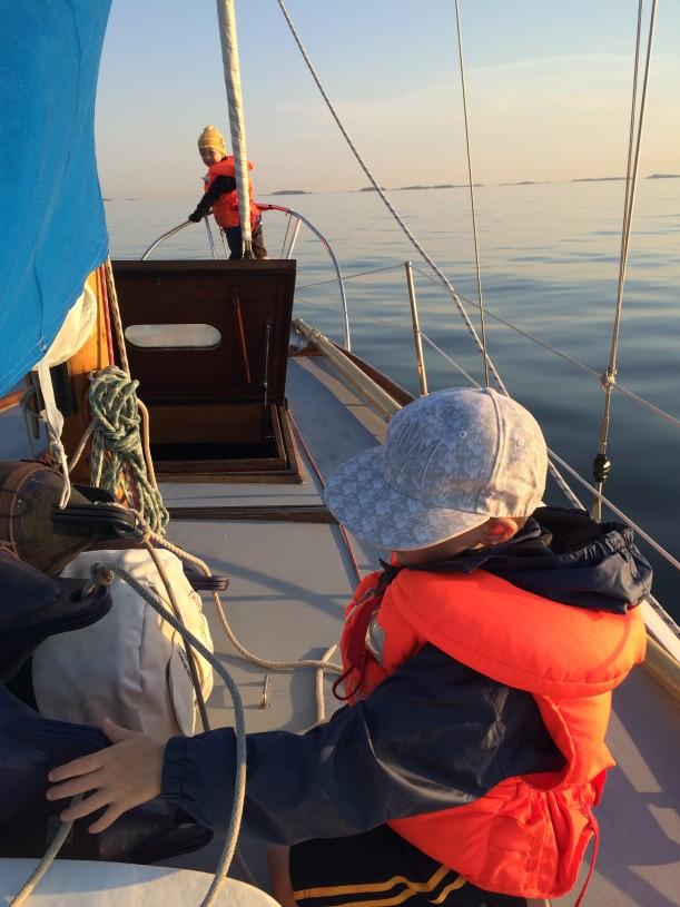 Pojille on tärkeää saada olla mukana veneen hommissa