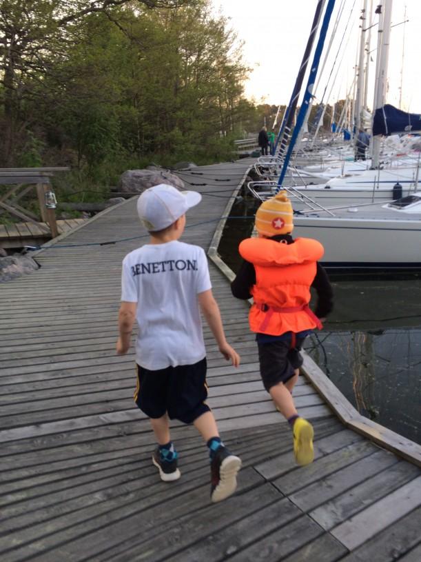 6-vuotias sai uimakoulun 25 metrin uimataidon saavutettuaan liikkua laitureilla vanhempien seurassa ilman liivejä.