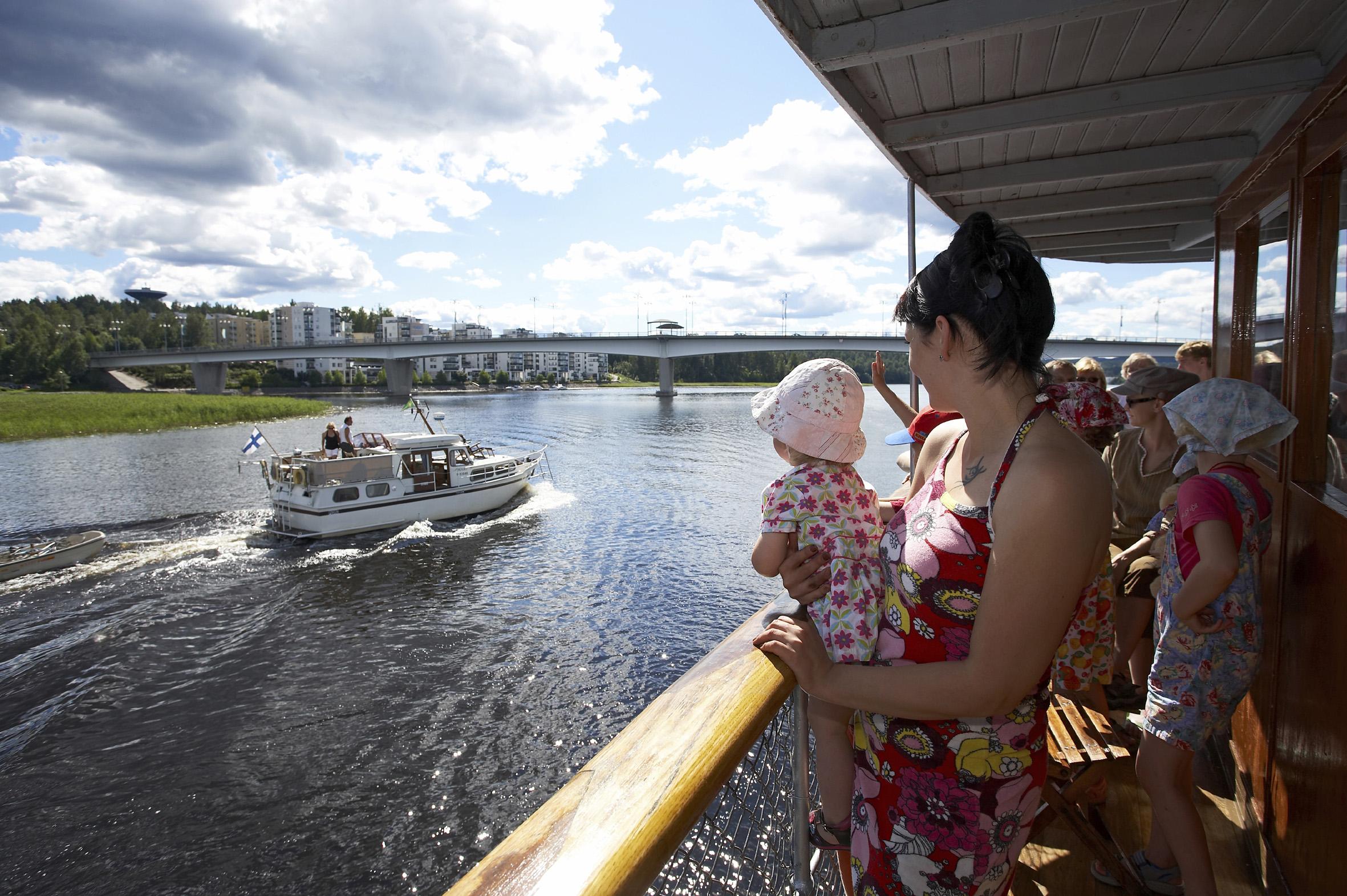 Höyrylaiva s/s Suomi jättää Jyväskylän sekä Kuokkalan sillan taakseen ja suuntaa Päijänteelle. Risteily on  mukava tapa katsellä järvimaisemaa lasten kanssa.