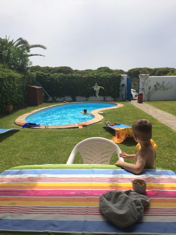 Lapset olivat uimassa ja pöytäliinat levitetty pöydille ennen kuin matkalaukut oli kannettu taloon sisälle