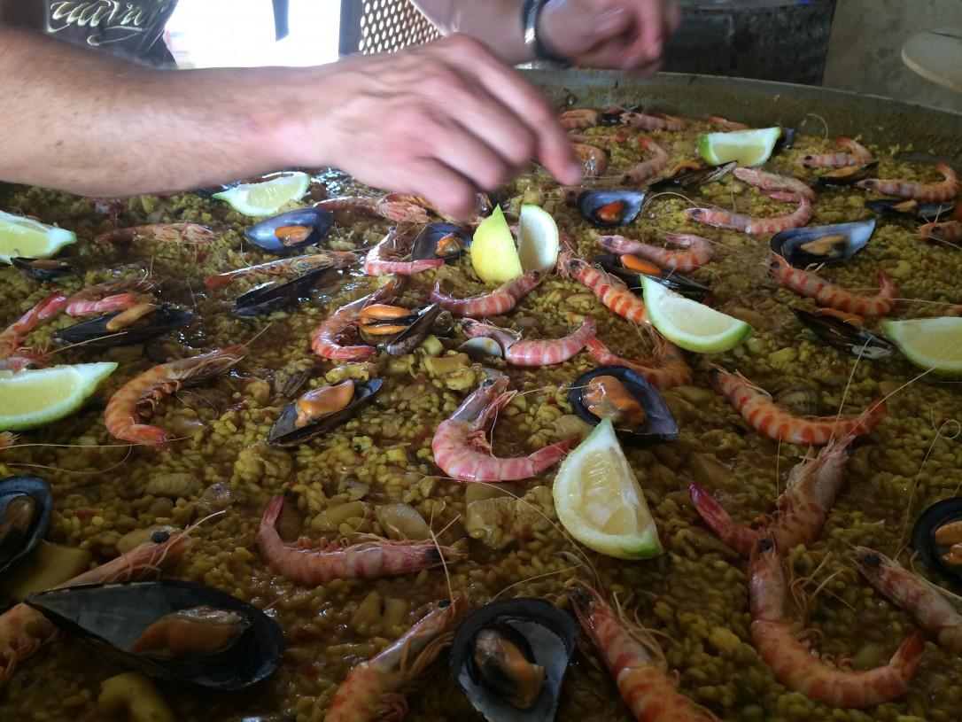 Paella koristeltiin tuoreilla meren herkuilla ja omasta pihasta poimituilla makeilla sitruunoilla
