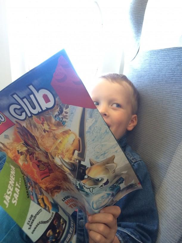 Jo koneessa virittäydyttiin Lego-tunnelmaan jakamalla  lapsille Lego Club -lehdet.