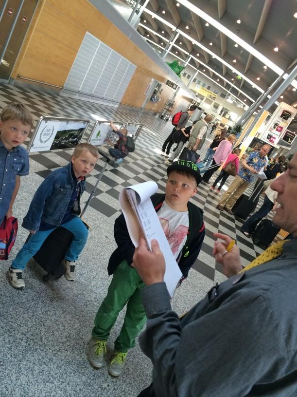 Billundin lentoasemalla meitä olivat vastassa MatkaVekan iloiset oppaat.