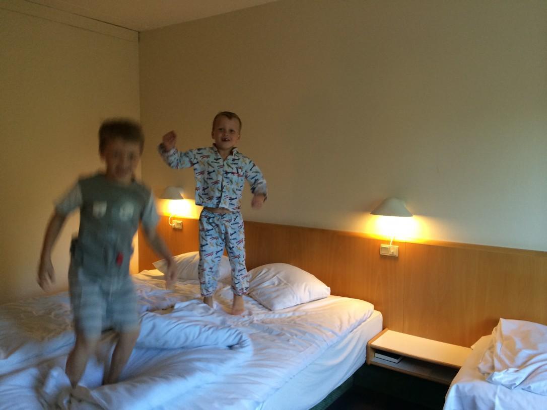 Hotellihuoneen sängyt täytyy tietysti testata huolellisesti