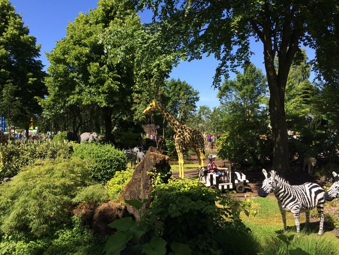 Ajelu safariautoilla oli meistä kaikista mahtava kokemus. Eläimet olivat niin aidon näköisiä ja upeasti toteutettu.