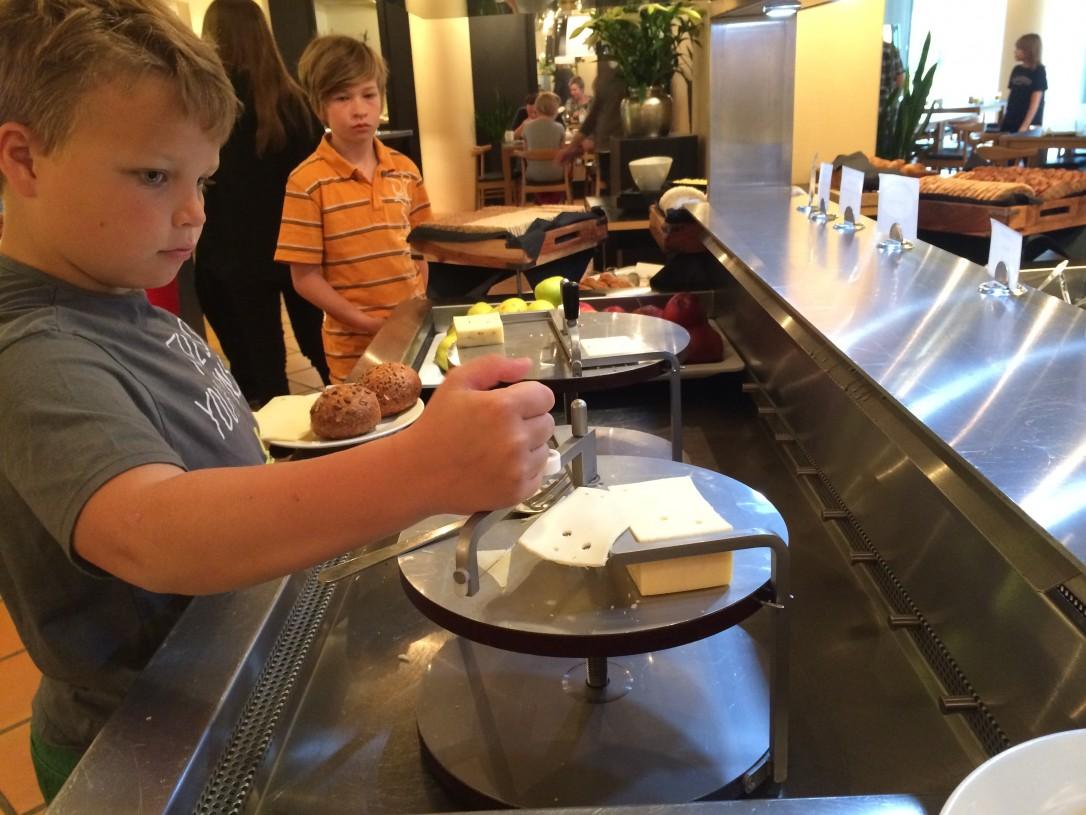 Aamiaisella ihastusta herätti Tanskalainen juustohöylä ja monet herkut