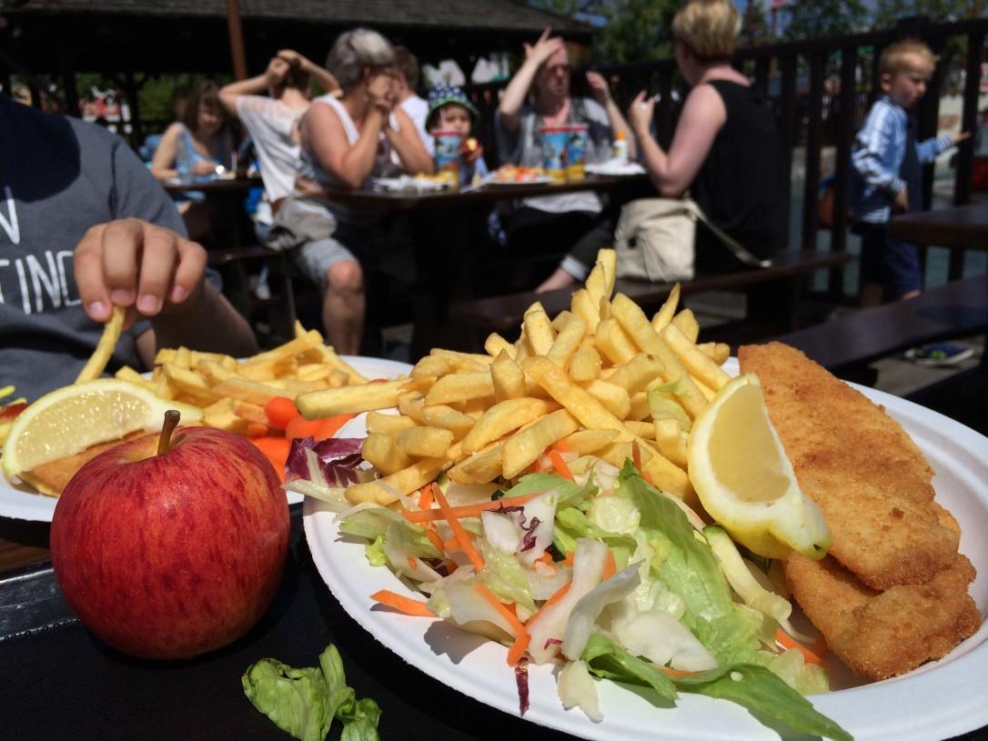 Merirosvomaailman Fish & Chips sisälsi myös salaattia/porkkanoita ja omenan