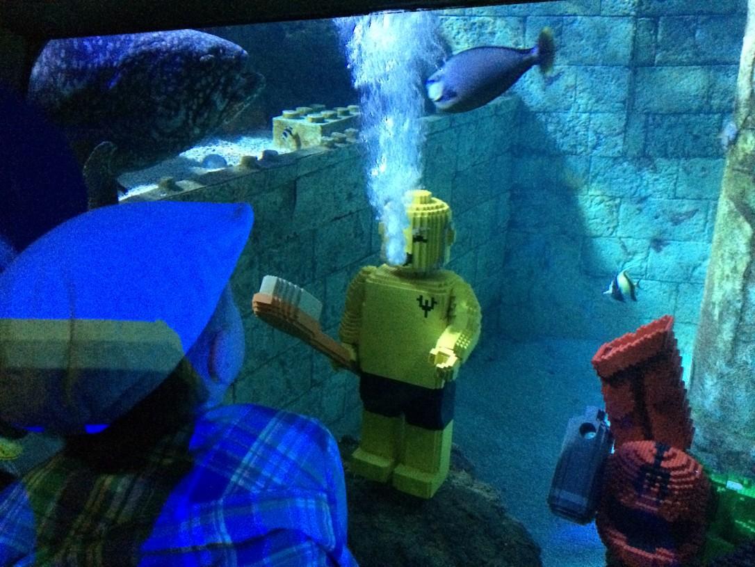 Atlantis SeaLife yhdistää suuret kalat ja taidokkaat legorakennelmat
