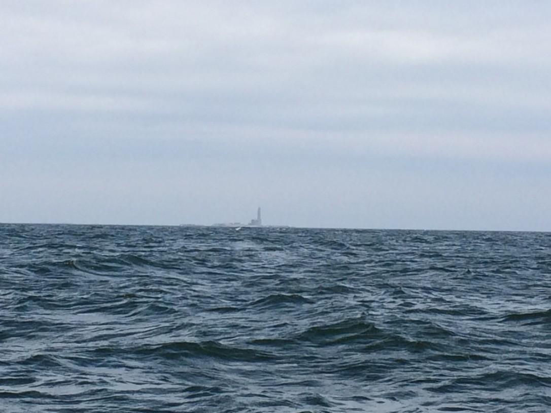 Kesälomapurjehduksella saavuimme Saaristomerelle Hiidenmaalta ja Bengtskärin majakka otti meidät vastaan.