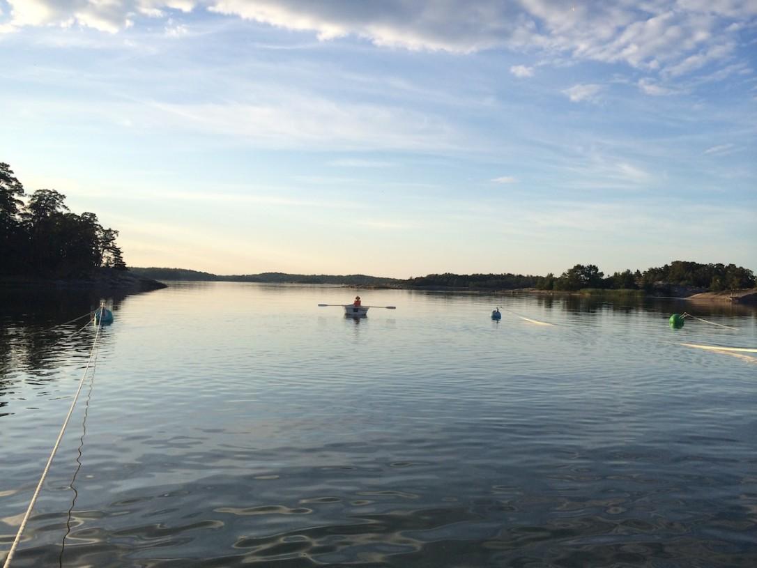 Purjehdysreittimme vei meidät Kasnäsin ohi pariinkin otteeseen. Pojat opettelivat soutamaan Kifskärin satamassa Kasnäsin edustalla.