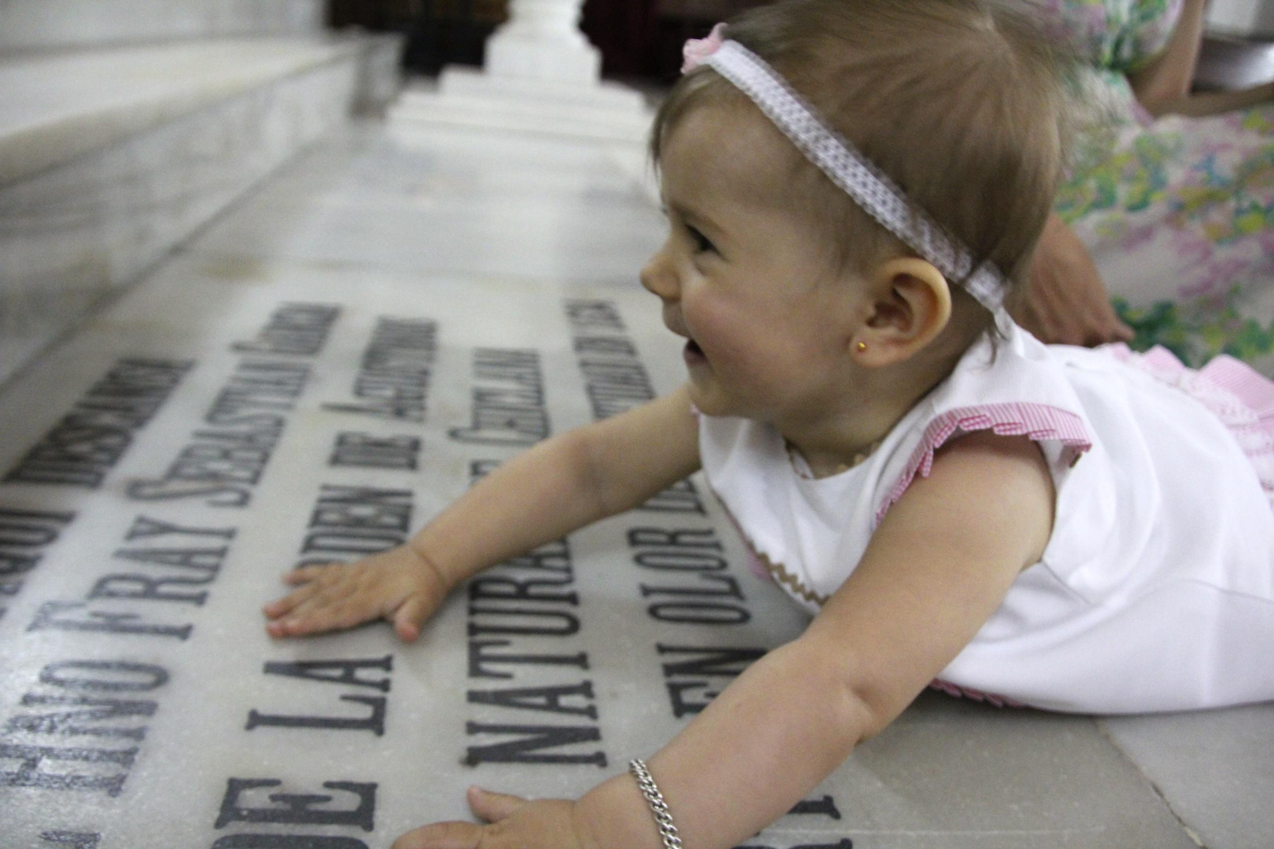 Tyttäremme olisi mielellään ottanut koko kirkon haltuunsa lattiatasosta.