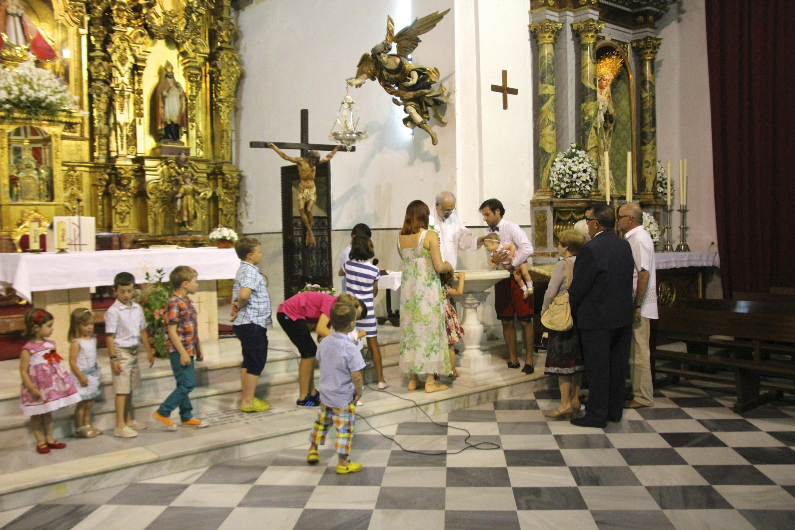 Kaikki lapset kutsuttiin alttarille mukaan kastetoimitukseen.