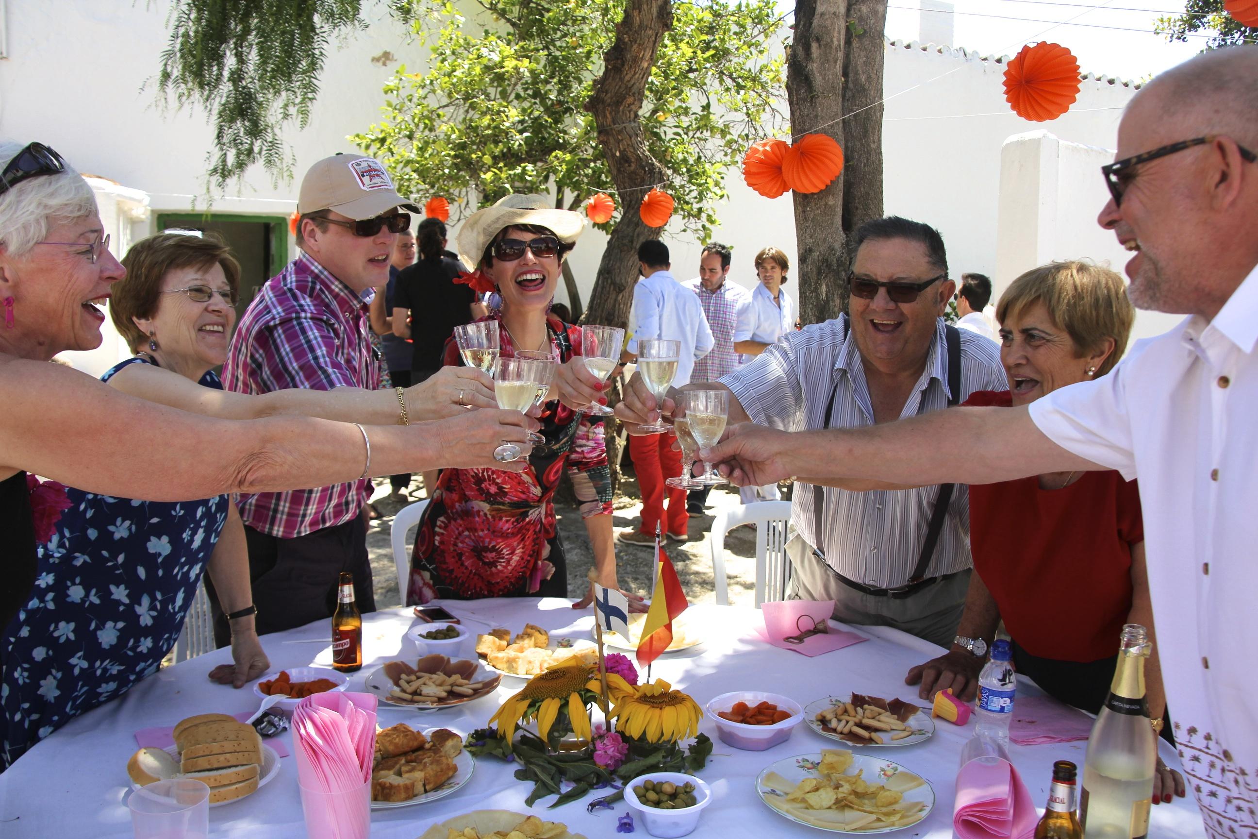 Suomen ja Espanjan perheemme nostattivat yhdessä juhlatunnelmaa.