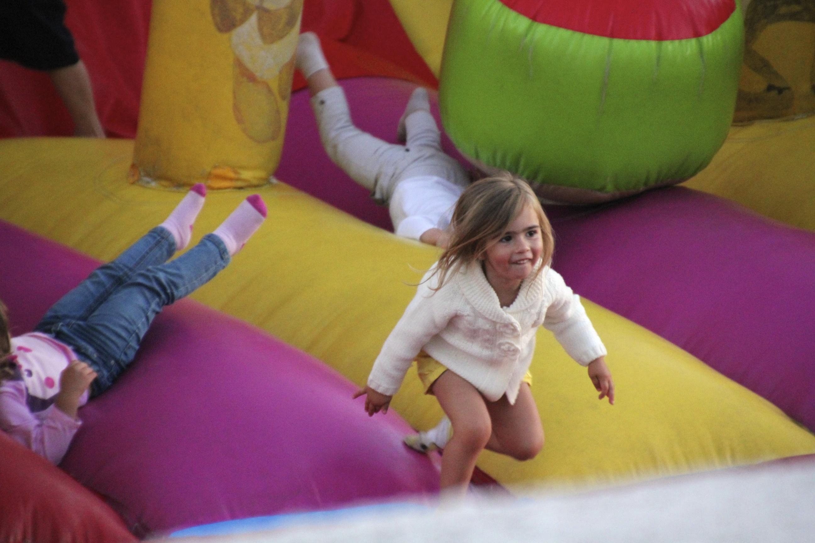 Lapset viihtyivät pomppulinnassa koko päivän. Se tulee olemaan vakiovarustus myös Suomessa lastemme juhlissa.