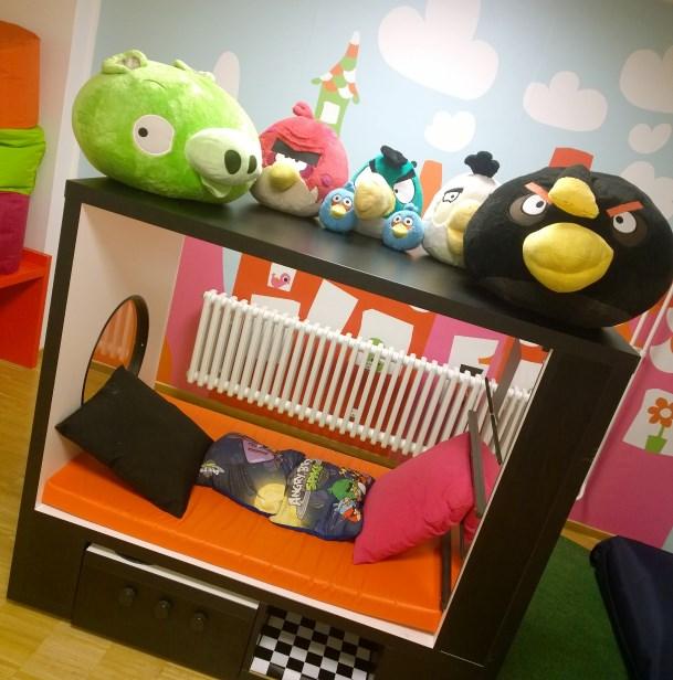 Scandic Paasen lasten leikkihuone oli pieni, mutta sisustettu Angry Birdsein totta maar.