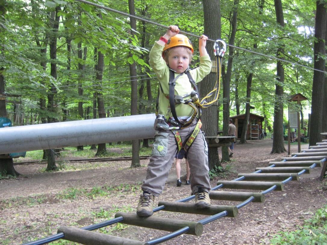 Viime visiitillä keskimmäisemme oli vasta 3-vuotias, mutta kiipeili jo innolla Mecsextremin monissa seikkailuissa