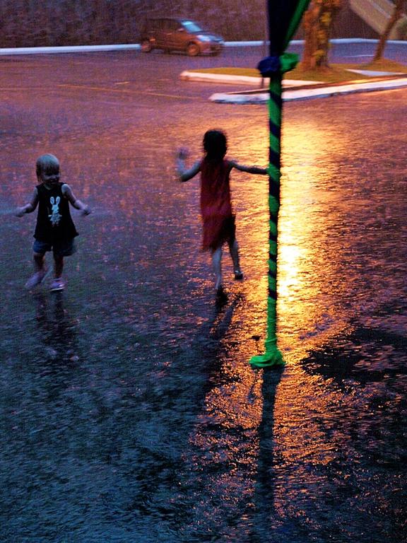 Trooppinen sadekuuro ei aiheuta lapsille päänvaivaa.
