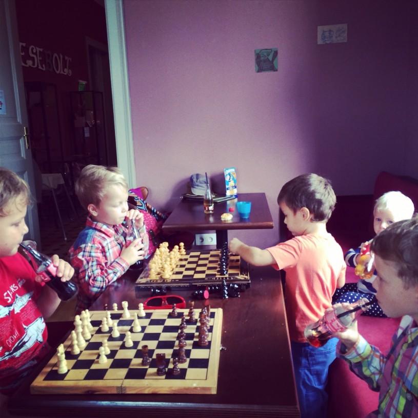 Viikon rauhallisempiin hetkiin kuului retki Zsolnayn kulttuurikortteliin, jossa pojat malttoivat hetken pelata shakkia.