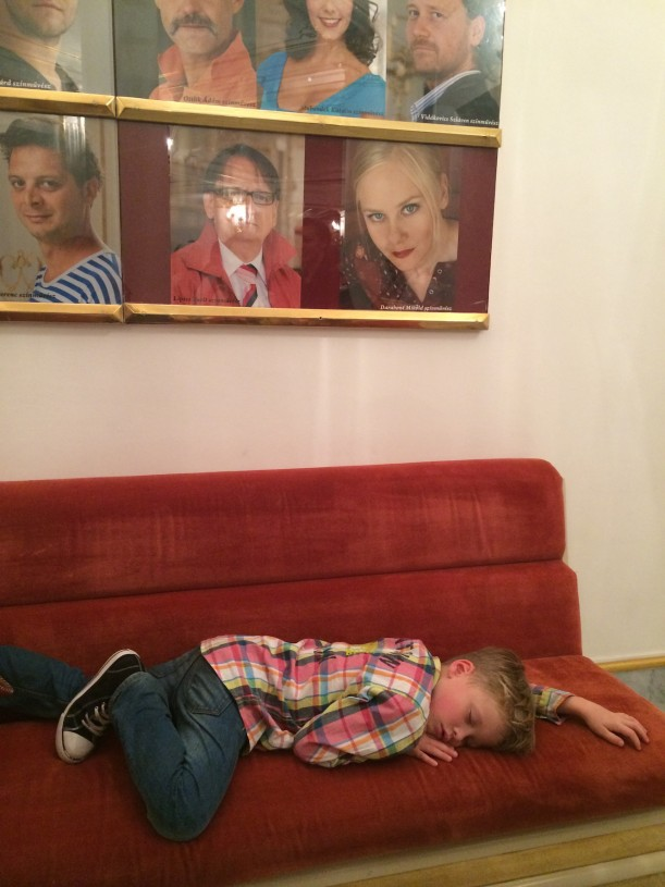 Riemukas teatterielämys alkoi riehakkaasti ja päättyi keskimmäisemme nukahtamiseen aulan sohvalle.