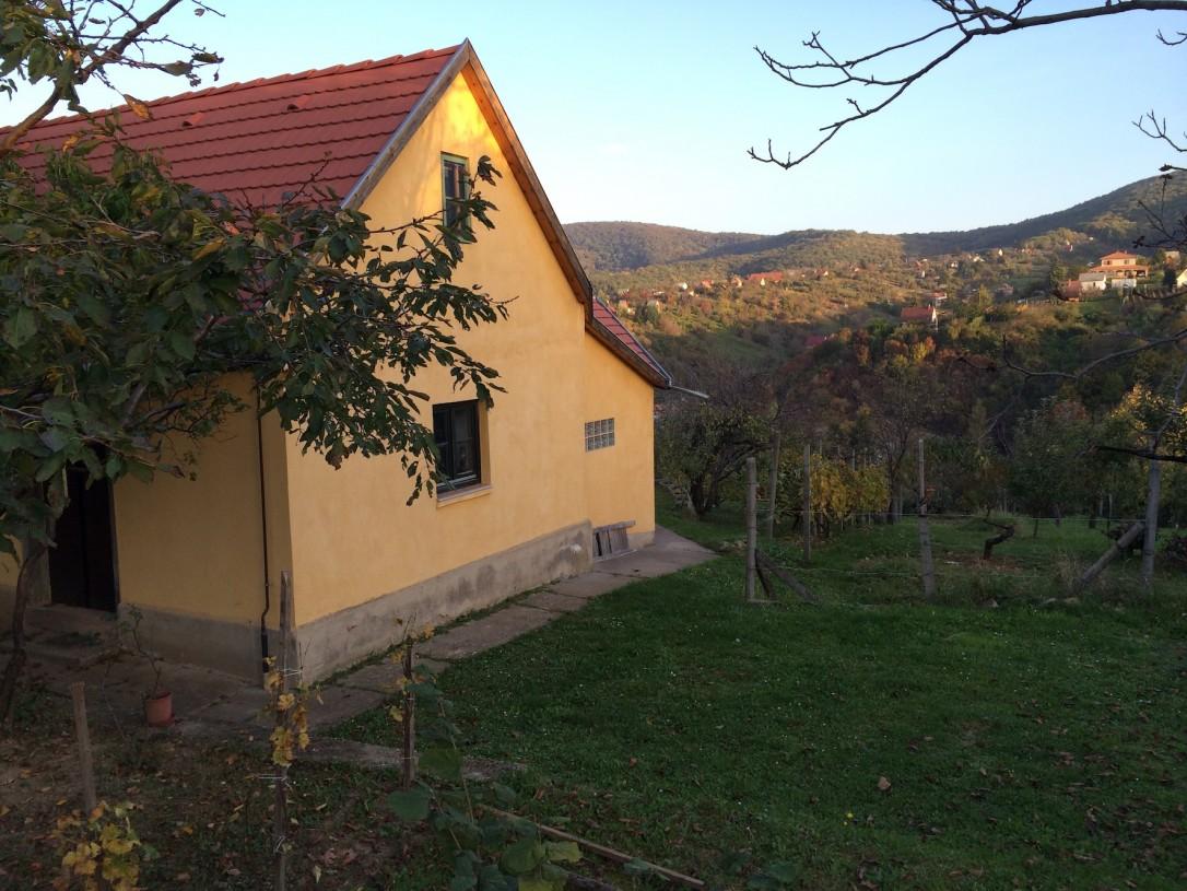 Viinitilan pieni rakennus on vaatimaton, mutta tarjoaa upeat näkymät ja rauhallisen yösijan.
