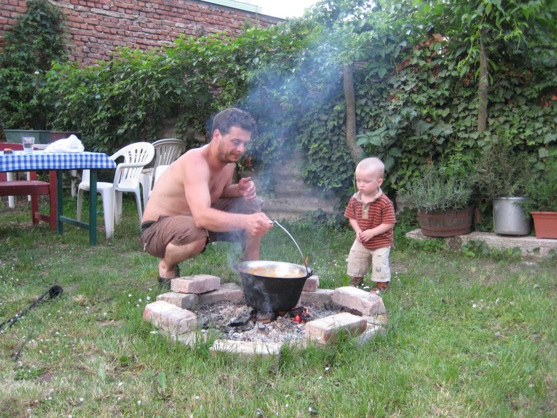 Ystävien kanssa kokatessa unkarilainen keittiö siirtyy nuotiolle