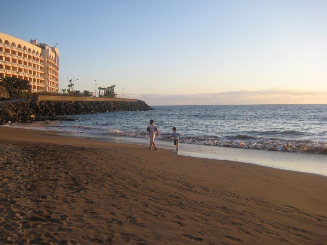 ranta ilta-auringossa