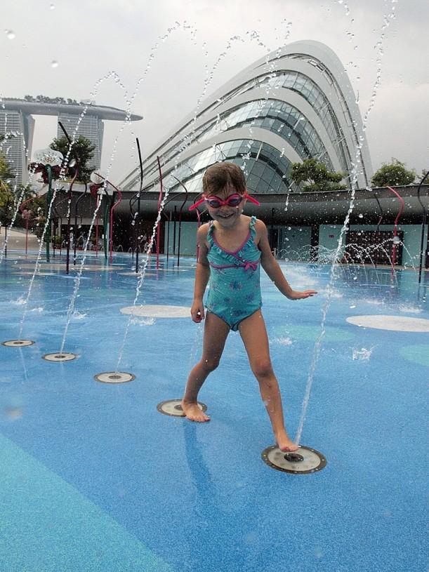 Uimalasit eivät olleet turhat - koskaan ei tiennyt mistä kohtaa suihkulähde milloinkin  meni päälle.