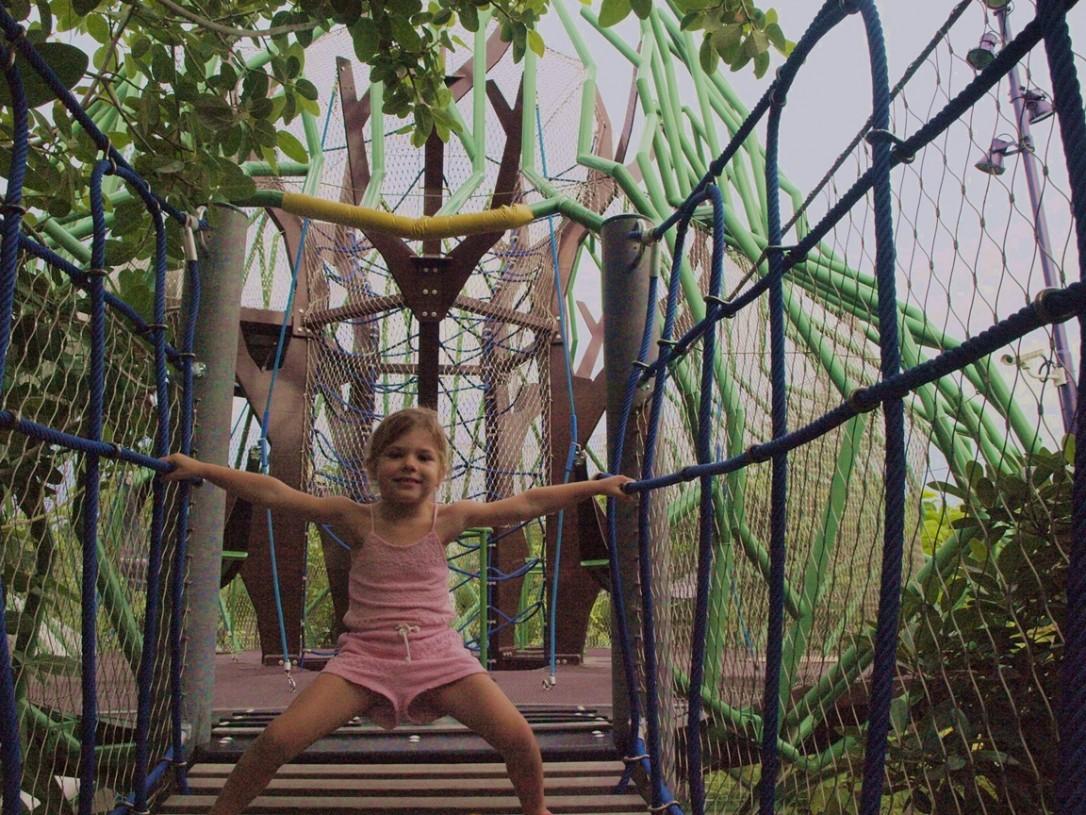 Meidän pikku apina Gardens By The Bayn kiipeilymaailmassa.