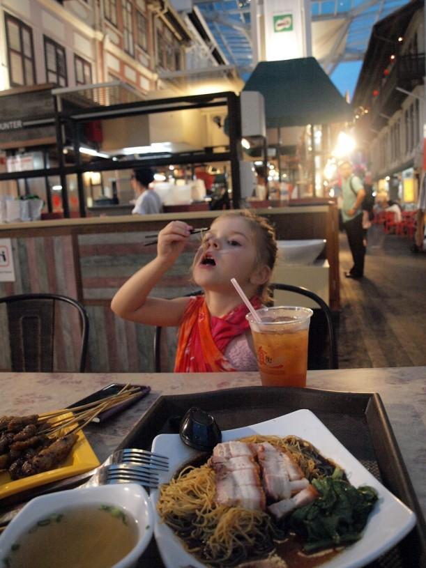 Kolmen viikon reissailun jälkeen nelivuotias söi moitteetta puikoilla.