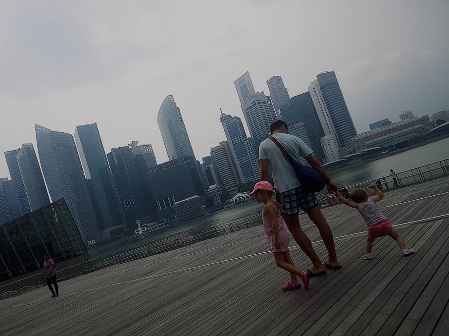Singaporen pilvenpiirtäjät näkee hienosti Bayfrontin liikekeskuksen terassilta.