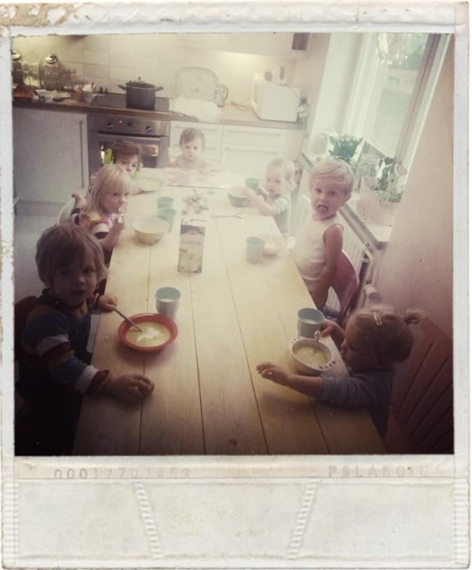 Lapset söivät ensin, jotta mahduttiin pöytään.