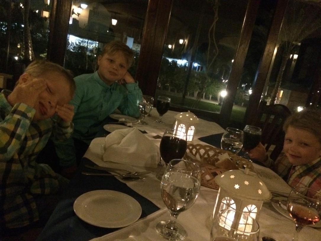 Illalisen aikana saimme jopa keskusteltua koko perheen voimin päivän tapahtumista.